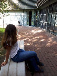 Una adolescente de catorce años estudia Biotecnología en la Universidad Pablo Olavide gracias a un convenio firmado entre AEST y la UPO